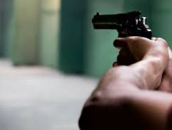 Detienen a un menor de edad y le ocupan dos pistolas y dos chalecos a prueba de balas