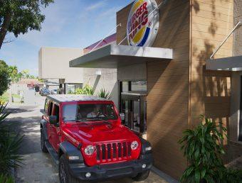 BURGER KING® ofrecerá servicio solo por servi-carro y entrega por Uber Eats