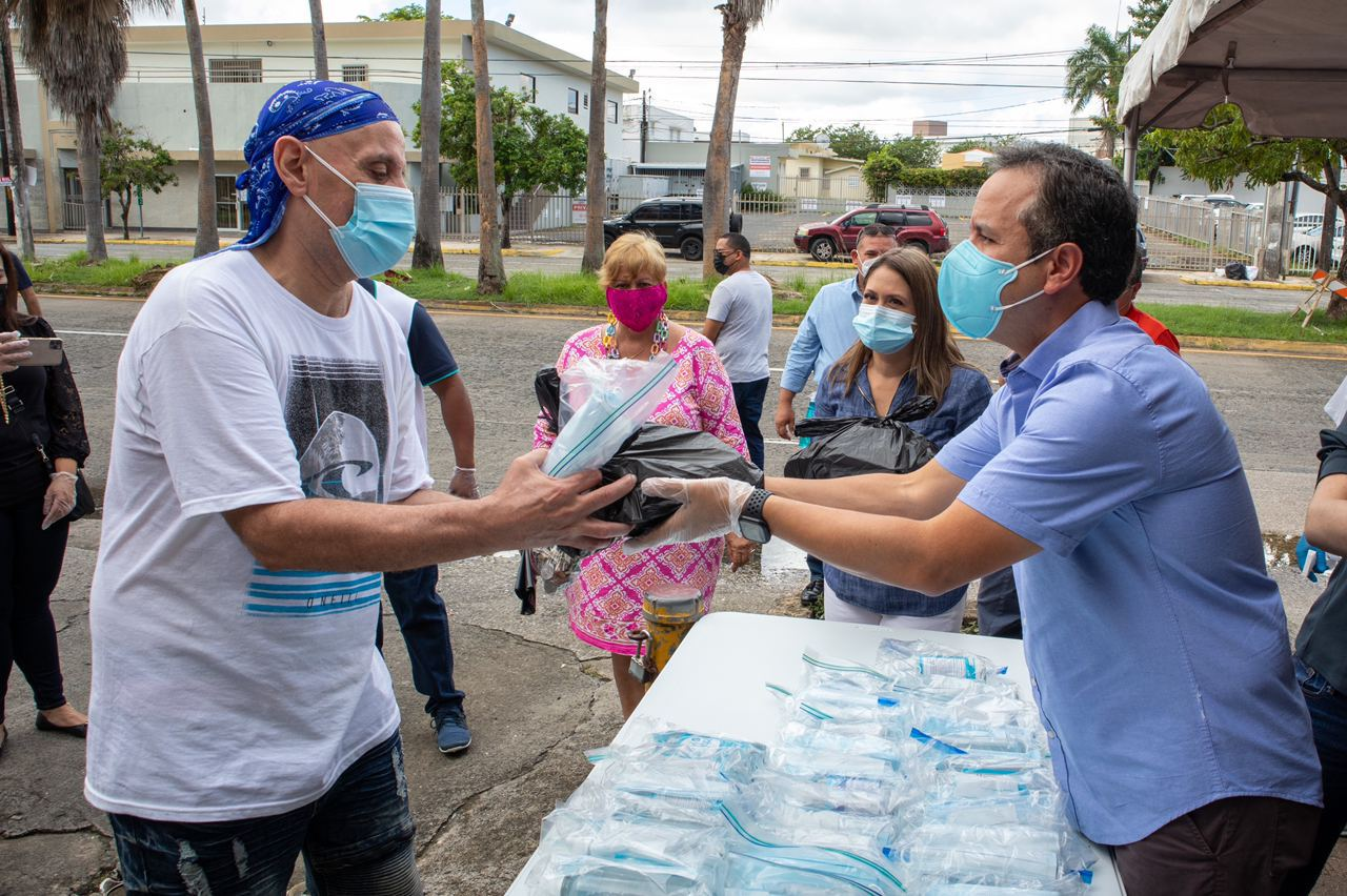 Entregan almuerzos de Acción de Gracias a personas sin hogar en San Juan