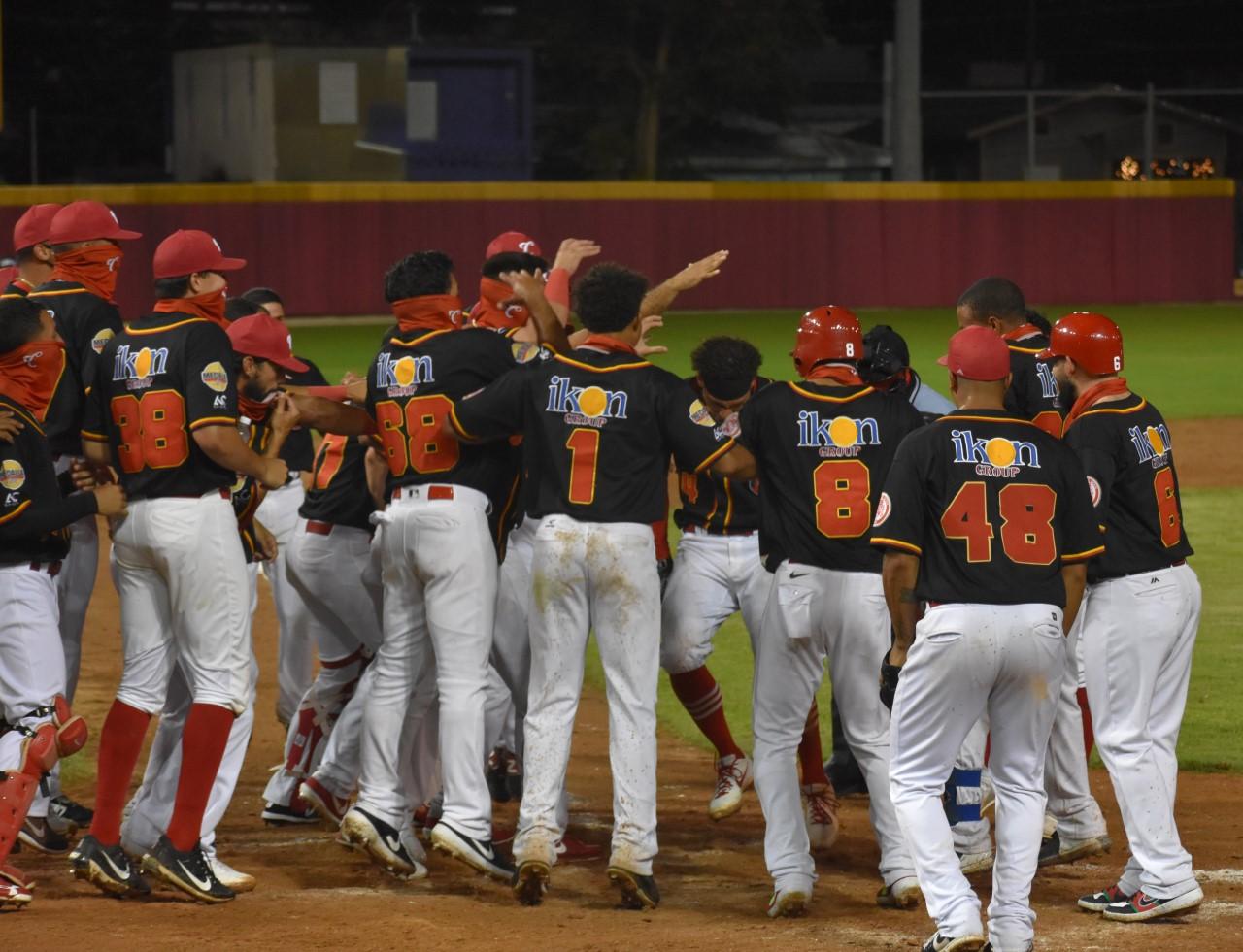 Dramático jonrón de Edwin Díaz le asegura liderato a Caguas