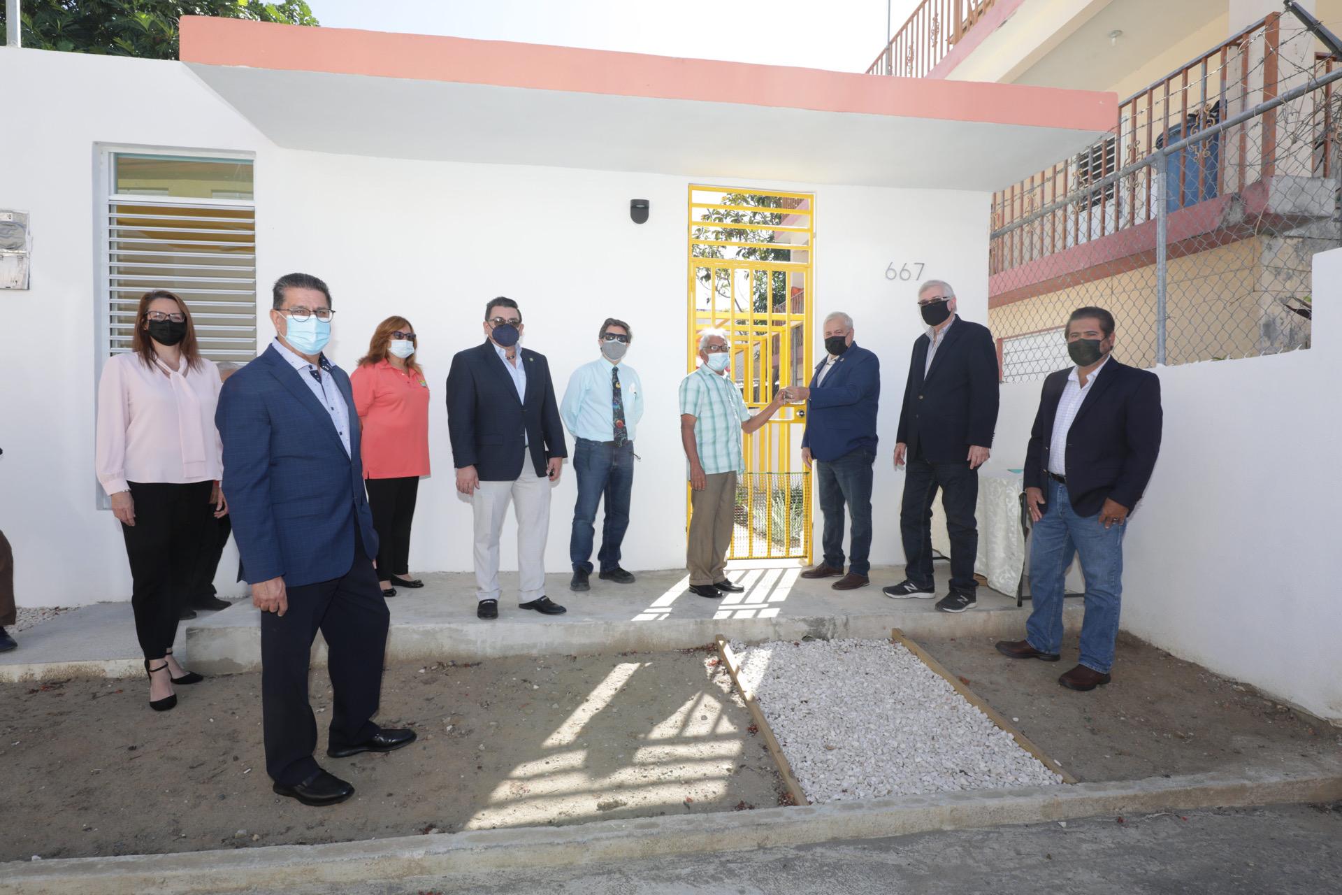 """Colegio de Ingenieros y Agrimensores de Puerto Rico entrega residencias de proyecto """"Mi Casa Resistente"""" para familias del Caño Martín Peña"""