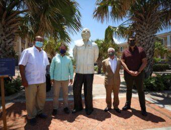 Alcalde de San Juan devela escultura de Don Ricardo Alegría como parte de la conmemoración del centenario de su natalicio