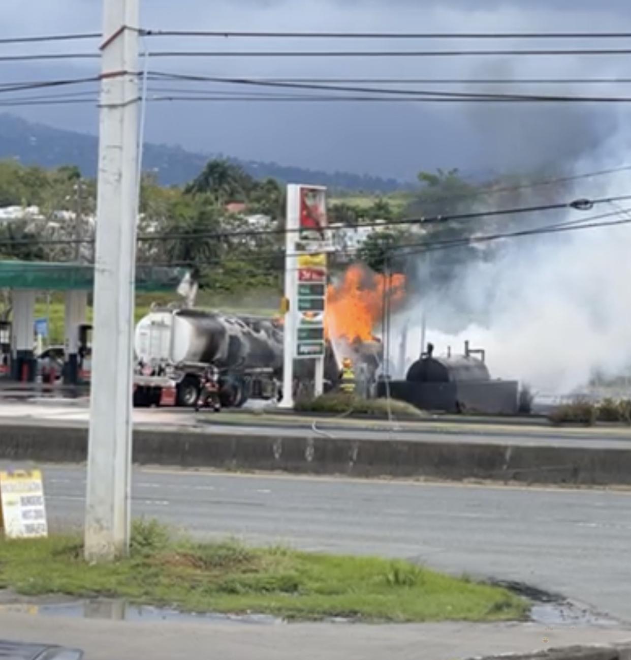 Bomberos intentan contolar incendio de camión tanque de combustible en gasolinera de Canóvanas