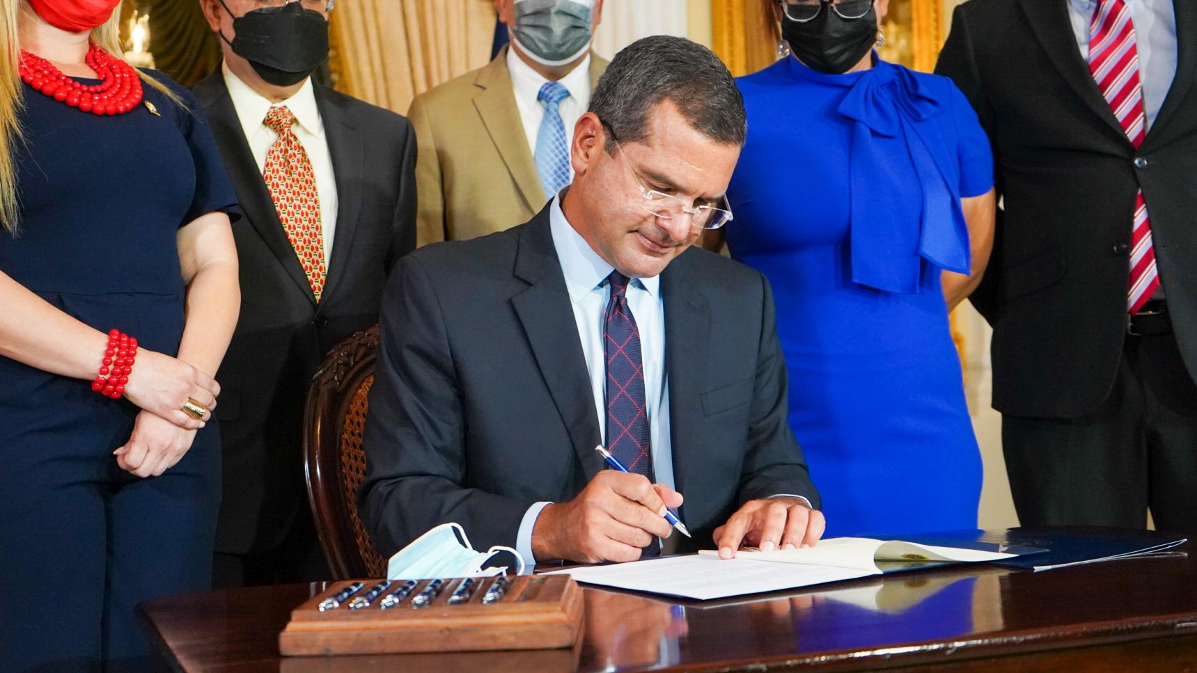 Gobernador firma medida que restituye los feriados del 25 y 27 de julio