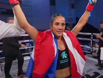Amanda Serrano gana por sumisión en evento de artes marciales mixtas