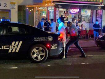 Le tiró con un trago, causó daños a cristales del restaurante y terminó agrediendo a empleada por decirle que estaban cerrados