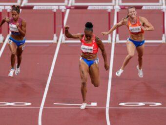 La vallista Jasmine Camacho Quinnclasifica a la final con récord olímpico